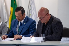 Signing-contract-in-Brazil-2