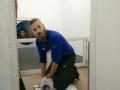 dierenverzorger Jasper met zeehond uit De Haan in quarantaine